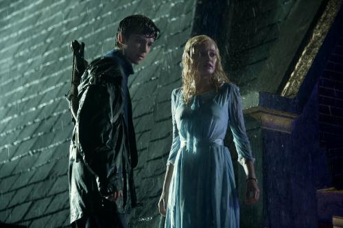 Miss Peregrine et les enfants particuliers Jake et Emma.jpg